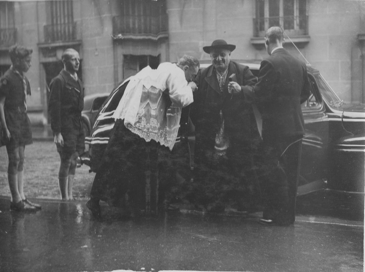 Photo de l'arrivée de Mgr Roncalli, alors nonce à Paris et futur Jean XXIII, pour les 50 ans de Saint-Louis de Gonzague